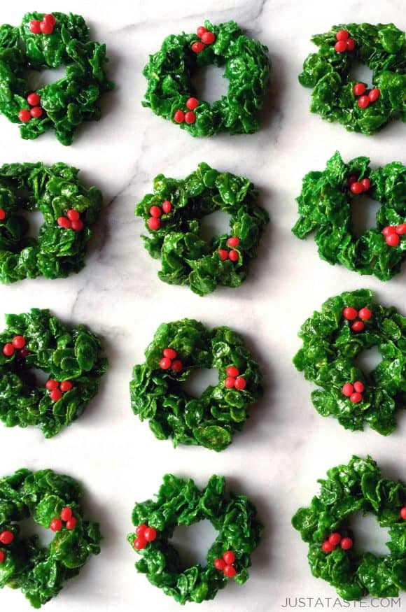 Rows of Marshmallow Christmas Wreaths on a white marble background
