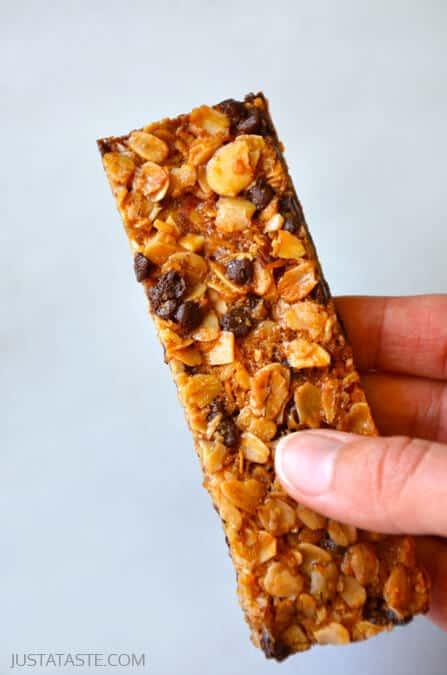 Easy Homemade Chocolate Chip Granola Bars #recipe